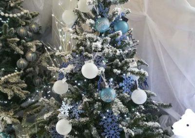 Sapin de Noël synthétique avec boules blanches et bleues en vente à la jardinerie Pradel Horticulture à Luchon
