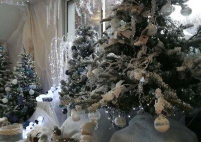 Décoration blanche pour Noël avec ourson, personnage, boules, maison en bois en vente à la jardinerie Pradel Horticulture à Luchon