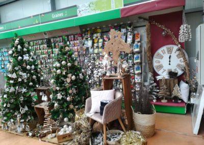Décoration sobre et élégante aux couleurs blanc, argent et bois naturel en vente à la jardinerie Pradel Horticulture à Luchon