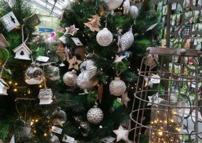 Boules blanches et argentées pour une décoration sobre et élégante, et noël merveilleux en vente à la jardinerie Pradel Horticulture à Luchon