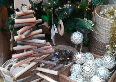 Décoration bois naturel et argentée pour un Noël féérique en vente à la jardinerie Pradel Horticulture à Luchon